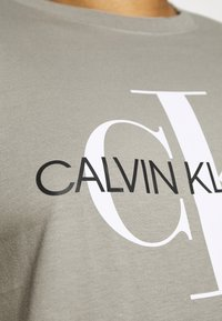 Calvin Klein Jeans Plus - SEASONAL MONOGRAM TEE - Print T-shirt - elephant skin / white - 3
