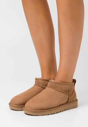 CLASSIC ULTRA MINI - Ankle Boot - chestnut