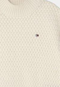 Tommy Hilfiger - CHUNKY CABLE MOCK NECK - Jumper - ivory petal - 2