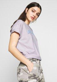 American Eagle - BRANDED MICKEY TEE - Print T-shirt - lavender - 3