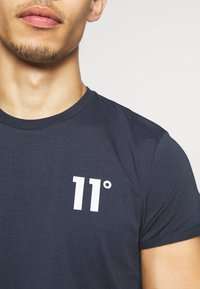 11 DEGREES - CORE MUSCLE FIT - Print T-shirt - navy - 6