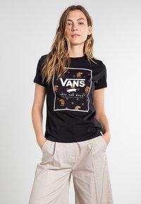 Vans - BOXED IN BOXY - T-shirt med print - black - 0