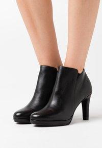 Tamaris - Kotníková obuv na vysokém podpatku - black - 0