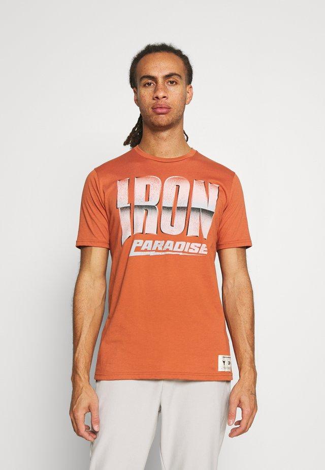 ROCK IRON PARADISE - Print T-shirt - orange oxide