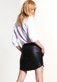 Second Female - PRIL - Jupe en cuir - black - 2