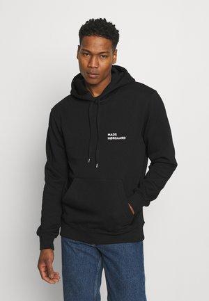 NEW STANDARD HOODIE BADGE - Jersey con capucha - black