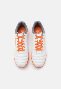 Umbro - TOCCO CLUB IC - Indoor football boots - white/carrot/frost gray - 3