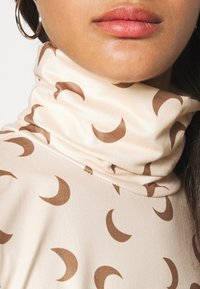 Pieces - PCNALA PRINT TURTLE NECK - Long sleeved top - nude/brown - 5