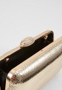 Dorothy Perkins - DIAMONTE CLASP BOX CLUTCH - Psaníčko - gold - 4
