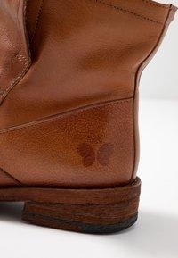 Felmini Wide Fit - GREDO - Korte laarzen - cognac - 2