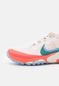 Nike Performance - AIR ZOOM TERRA KIGER 7 - Zapatillas de trail running - light soft pink/bicoastal/magic ember/aluminum/phantom/oil green - 5