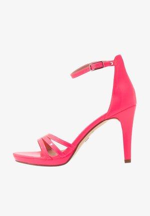 Sandaler med høye hæler - pink neon