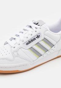 adidas Originals - CONTINENTAL 80 STRIPES UNISEX - Sneakersy niskie - footwear white/grey two/semi frozen yellow - 5