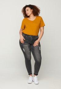 Zizzi - Basic T-shirt - brown - 1