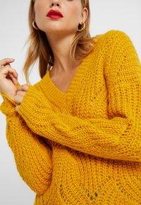 ONLY Petite - ONLHAVANA V NECK - Jumper - golden yellow - 4