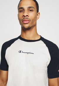 Champion - LEGACY CREWNECK  - T-shirt z nadrukiem - off white/dark blue