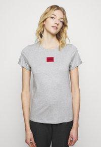 HUGO - THE SLIM TEE - T-shirt z nadrukiem - grey melange - 3
