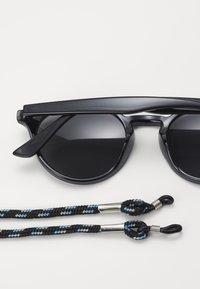 Pier One - Set mit Brillenkette - Sluneční brýle - black - 1