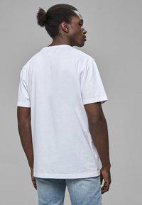 Cayler & Sons - COOKIN - Print T-shirt - wht/sil - 1