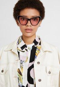 McQ Alexander McQueen - Sunglasses - black/pink - 1
