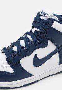 Nike Sportswear - DUNK UNISEX - Korkeavartiset tennarit - white/midnight navy/total orange - 5