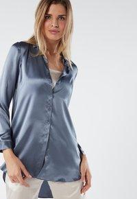 Intimissimi - BLUSE AUS SEIDE MIT KLASSISCHER MANSCHETTE - Pyjama top - blue - 2