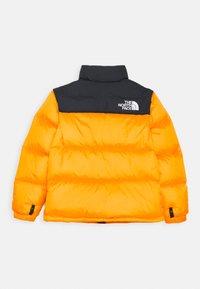 The North Face - RETRO NUPTSE UNISEX - Down jacket - summit gold - 1