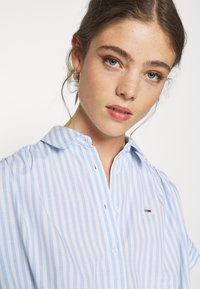Tommy Jeans - STRIPE KNOT BLOUSE - Button-down blouse - white/moderate blue - 3