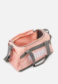 Puma - CHALLENGER DUFFEL BAG XS UNISEX - Sportovní taška - apricot blush - 2