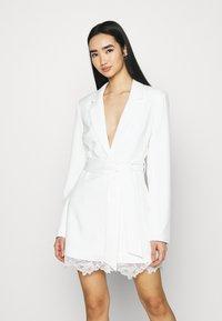 NA-KD - DETAIL BLAZER DRESS - Koktejlové šaty/ šaty na párty - white - 0