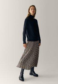 Massimo Dutti - MIT GEOMETRISCHEM PRINT  - Pleated skirt - bordeaux - 0