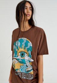 PULL&BEAR - Print T-shirt - mottled light brown - 3