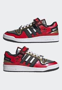 adidas Originals - FORUM LOW SIMPSONS DUFF UNISEX - Zapatillas - red/core black/ftwr white - 6