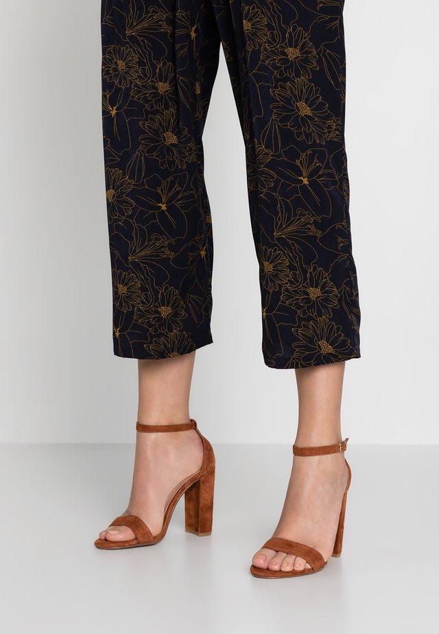 CARRSON - Sandály na vysokém podpatku - chestnut