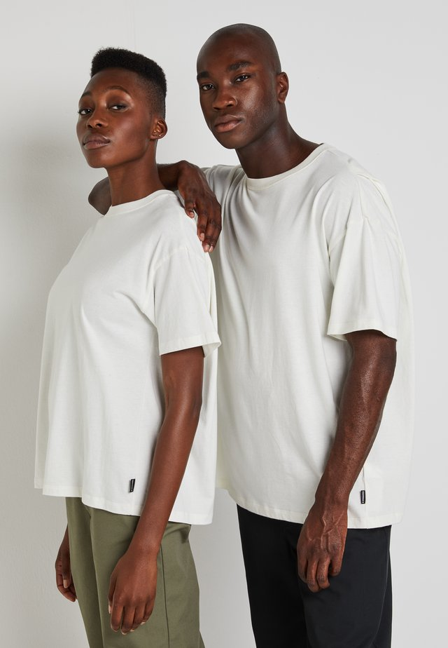 SHAPES BOX TEE UNISEX - Basic T-shirt - egret