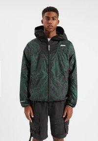 PULL&BEAR - Lehká bunda - mottled dark green - 0