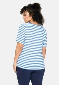 Sheego - Print T-shirt - jeansblau-weiß - 2