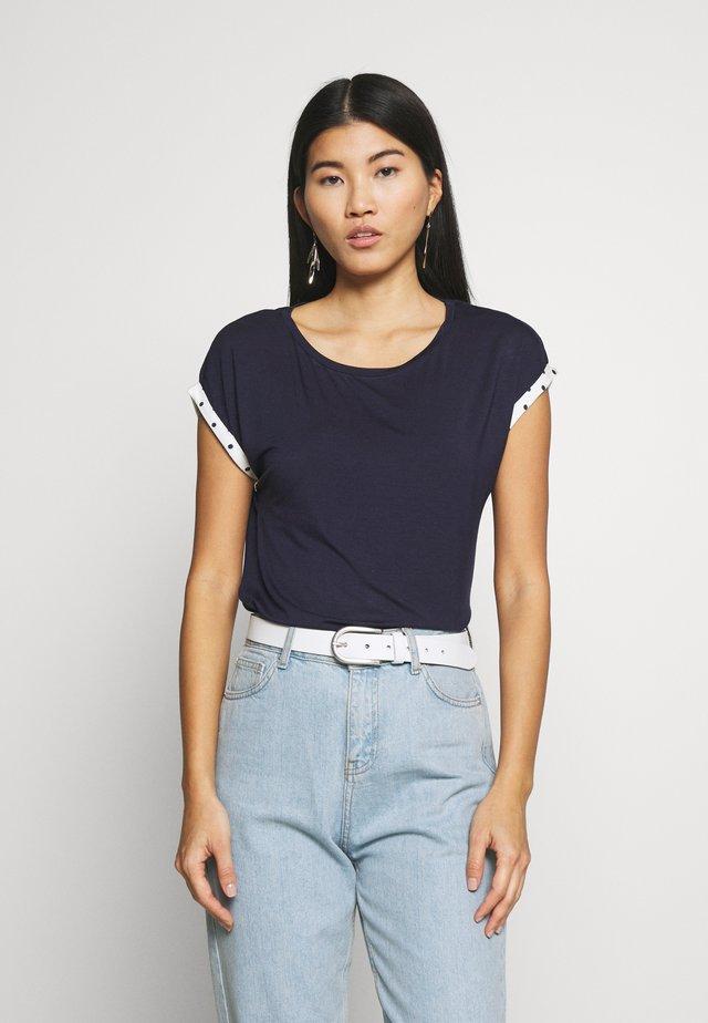 SPOT CONTRAST ROLL SLEEVE TOP - Print T-shirt - navy