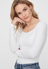 Vero Moda - 2PACK - Långärmad tröja - bright white - 1