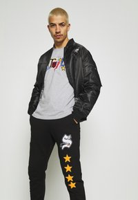 STAPLE PIGEON - UNISEX - Tracksuit bottoms - black - 3