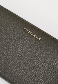 Coccinelle - METALLIC SOFT ZIP AROUND - Portafoglio - reef - 4