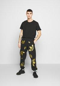 adidas Originals - PANT - Verryttelyhousut - black/plamet - 1