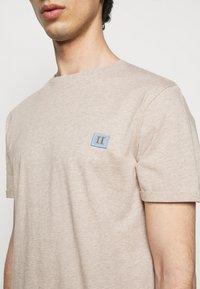 Les Deux - PIECE - Basic T-shirt - light brown melange - 4