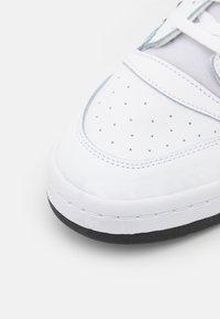 adidas Originals - FORUM MID UNISEX - Sneakers hoog - footwear white/core black - 5
