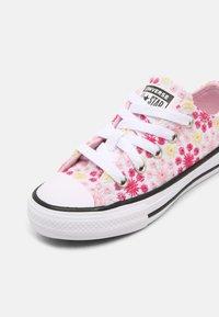 Converse - CHUCK TAYLOR ALL STAR OX UNISEX - Zapatillas - white/pink/black - 6