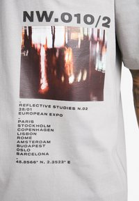 Topman - DISTORTED PHOTOGRAPHIC TEE - T-shirt con stampa - grey - 5