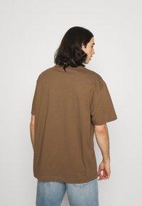 Weekday - OVERSIZED PRINTED - T-shirts print - brown - 2