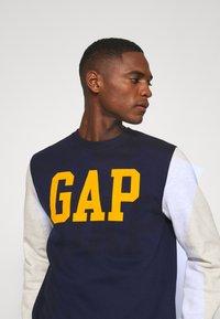 GAP - FAMILY MOMENT CREW - Sweatshirt - navy uniform - 5