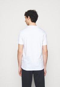 EA7 Emporio Armani - T-shirt med print - white/black - 2