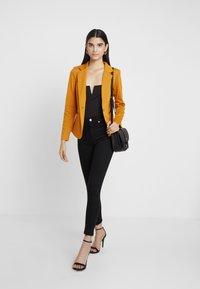 NA-KD - HIGH WAIST OPEN HEM - Jeans Skinny Fit - black - 1